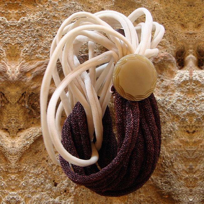 Bracciale elastico riciclato con bottone, bronzo e beige, Pienza, Val d'Orcia