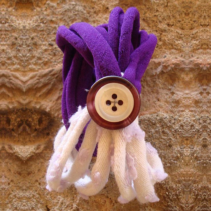 Bracciale elastico riciclato con bottone, viola bianco e lilla, Pienza, Val d'Orcia