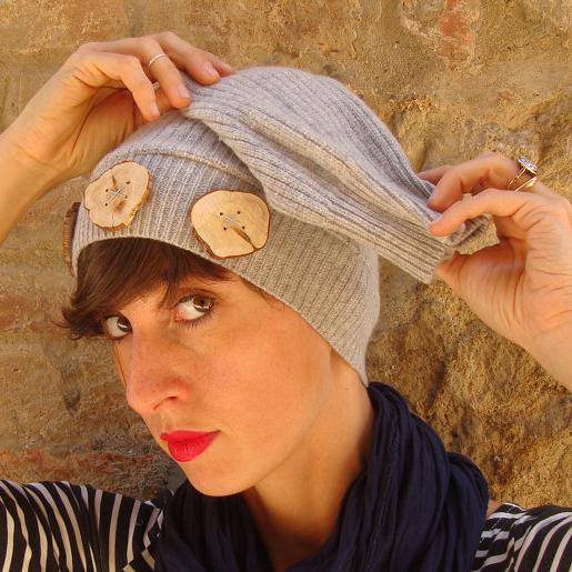 Cappello beige riciclato in lana Cachemire con bottoni in legno di ginepro, Pienza, Val d'Orcia